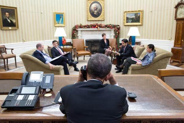 Fotografia durante o telefonema entre Obama e Raúl Castro, antes de ser anunciado o acordo diplomático